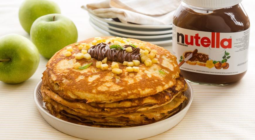 Рецепт Дрожжевые блины с яблочным припеком с пастой Nutella®