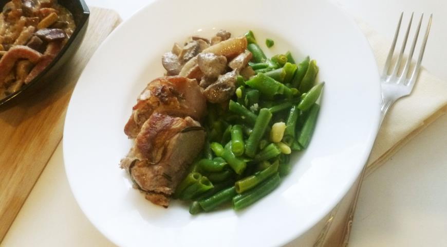 Рецепт Жареная свиная вырезка с фасолью и грибным соусом
