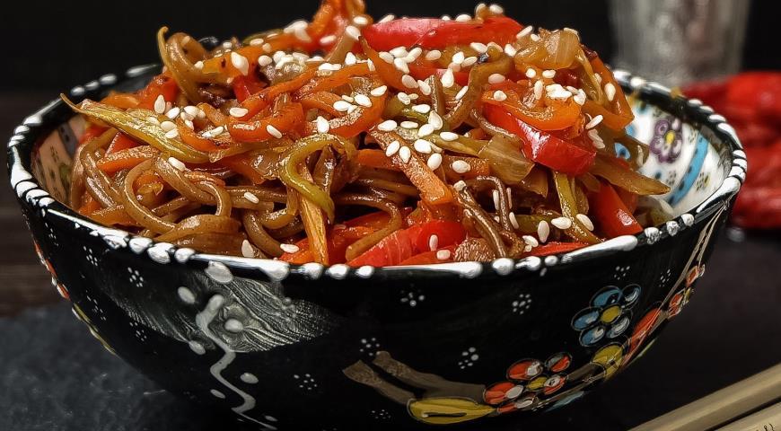 Рецепт Гречневая лапша, приготовленная в воке, с соусом Якисоба