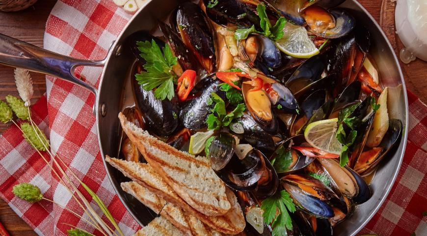 Рецепт Сковорода мидий в остро-томатном соусе с каперсами