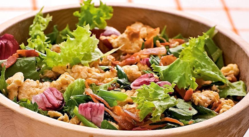 Теплый салат с яйцами и беконом, пошаговый рецепт с фото