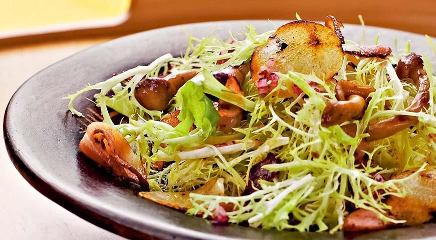 Теплый салат из запеченных лесных грибов и фризе, пошаговый рецепт с фото