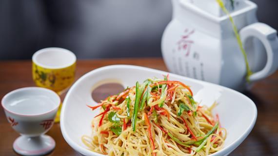 Салат из тонкого тофу с огурцом и китайской капустой