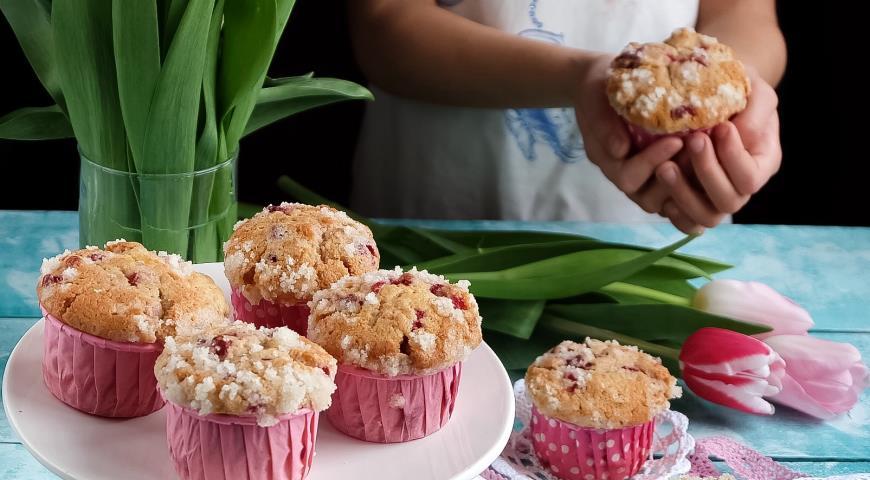 Рецепт Нежные маффины с ягодами и сахарной корочкой