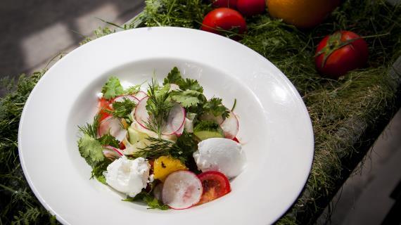 Овощной салат с сыром шавру
