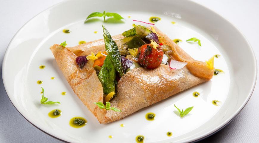 Рецепт Блины из гречневой муки с рататуем и помидорами Черри конфи от Режиса Тригеля