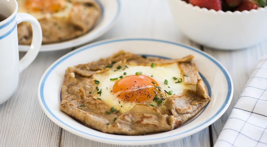 Рецепт Бретонские блины с ветчиной и яйцом