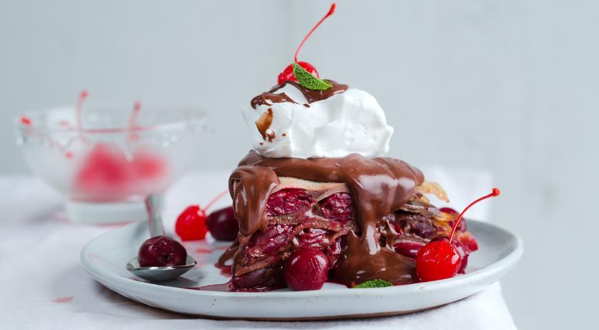 Рецепт Блинный торт Пьяная вишня в шоколаде