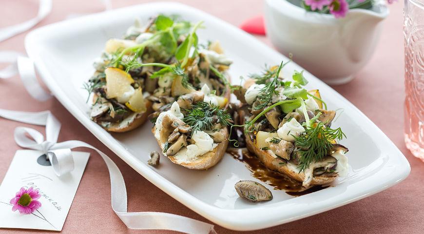 Рецепт Брускетта с грибами и грушей