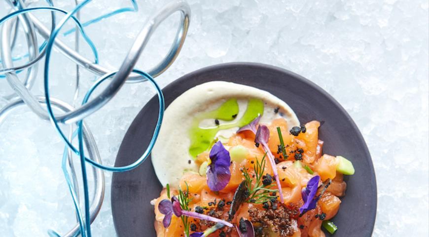 Рецепт Тартар из лосося со свежим огурцом на креме из печеных баклажанов