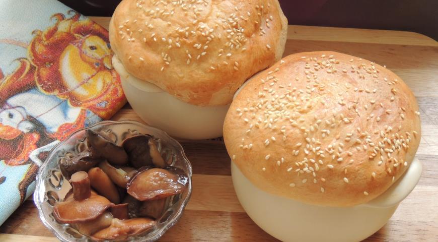 Рецепт Свинина в горшочках с маринованными маслятами и крышечками из теста