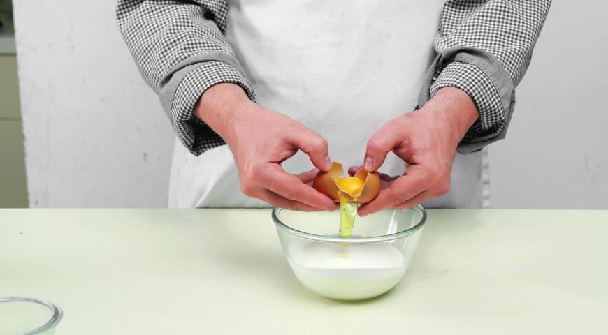 Фото приготовления рецепта: Куриные оладьи, шаг №2