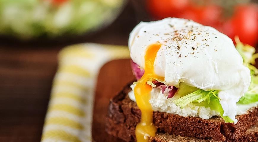 Рецепт Сэндвич на зерновом хлебе с творожным сыром, микс-салатом и яйцом-пашот