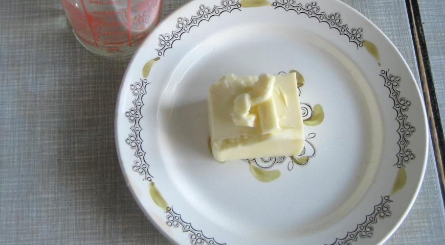 Подготовить растительное и сливочное масла к приготовлению кекса