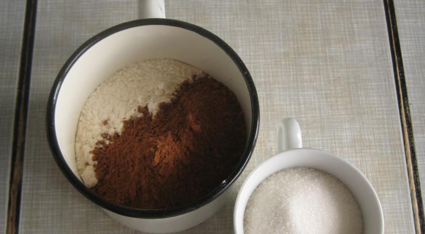 Отмерить сахар и в отдельную емкость муку и какао