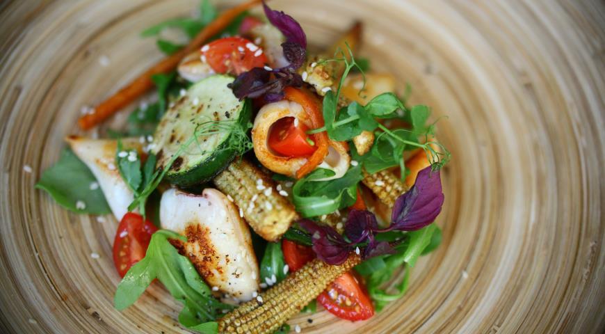 Рецепт Теплый салат из овощей с кальмарами в паназиатском стиле