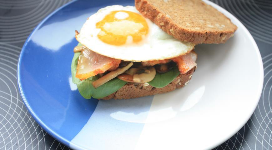 Рецепт Сэндвич с яйцом, беконом и грибами