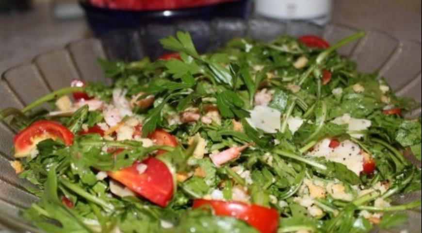 Рецепт Салат с креветками, рукколой и пармезаном