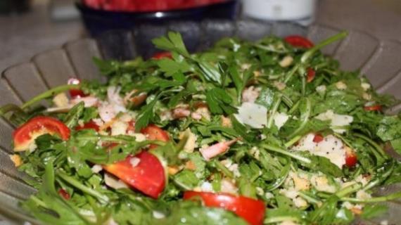Салат с креветками, рукколой и пармезаном