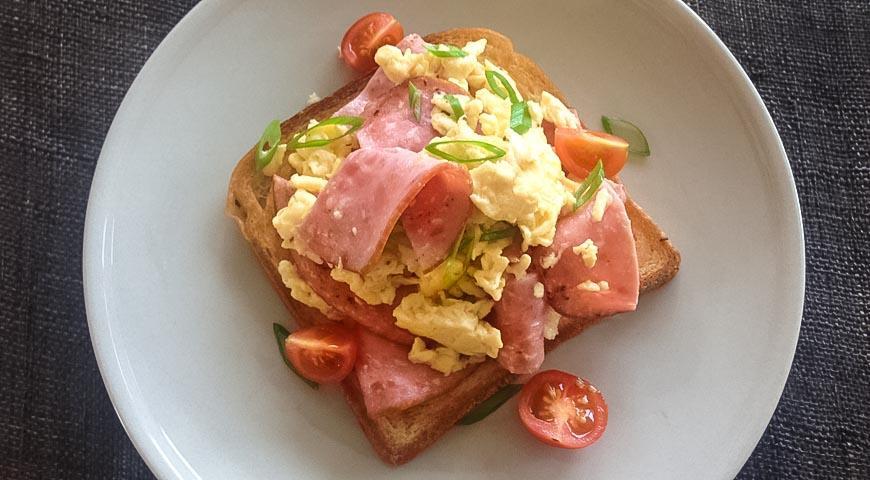 Рецепт Сэндвич с телячьей колбасой и яичницей-болтуньей
