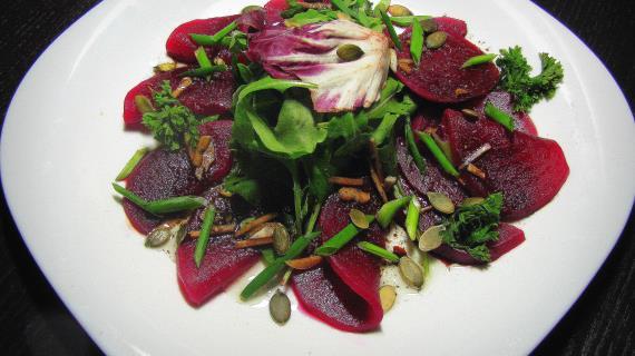 Свекольный микс-салат  с рукколой и тыквенными семенами