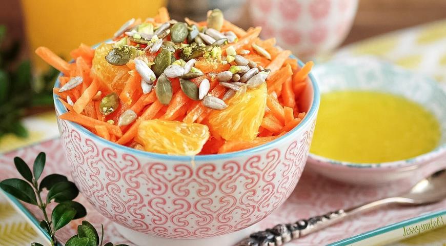 Морковный салат с апельсиновым соусом, фисташками и семенами