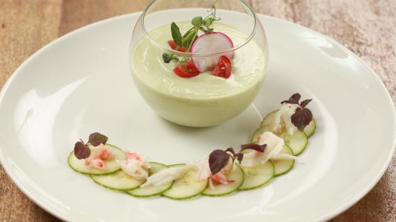 Йогуртовый суп с крабом и авокадо