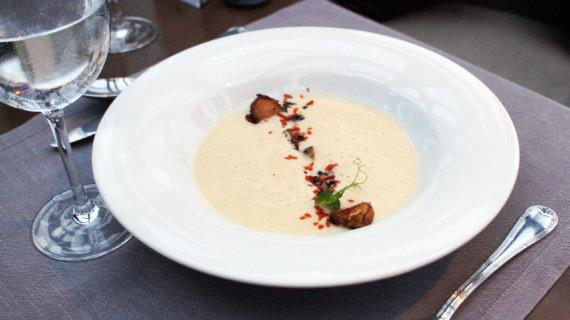 Капустный крем-суп с вешенками и маринованной брюссельской капустой
