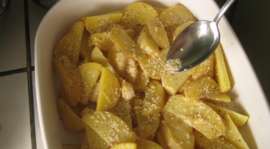 Картофель, запеченный с горчичным соусом и кунжутом, пошаговый рецепт с фото