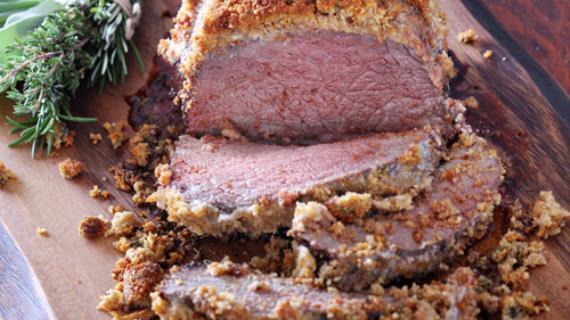 Запеченная говядина с пряной хлебной корочкой