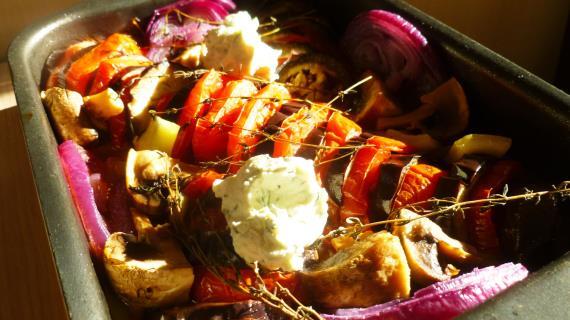 Запеченные овощи с чесночным соусом