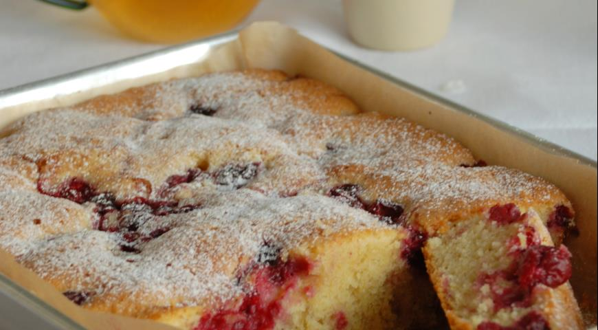 Готовый вишневый пирог