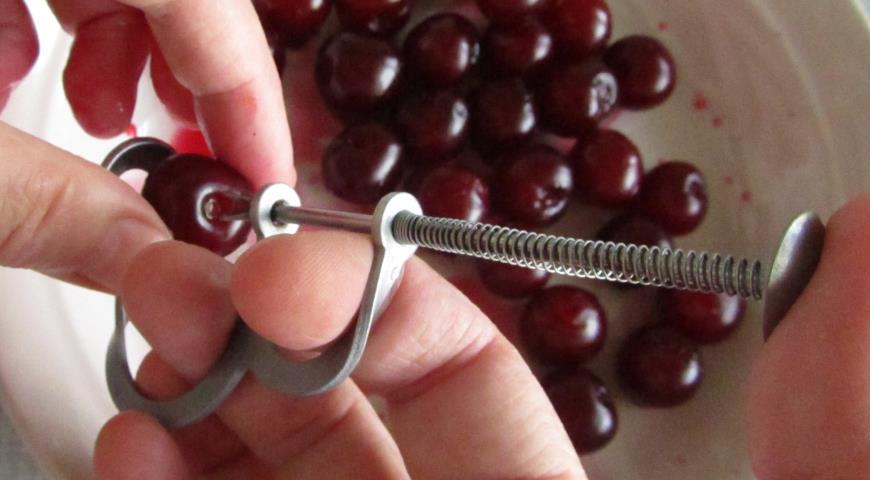 Удаляем косточки из вишни для вишневого пирога