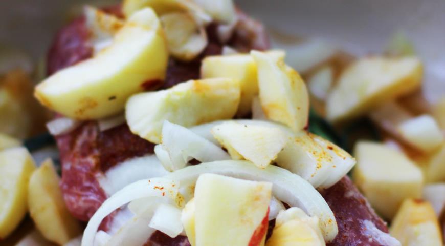 Свиная корейка с яблоками. Шаг 2