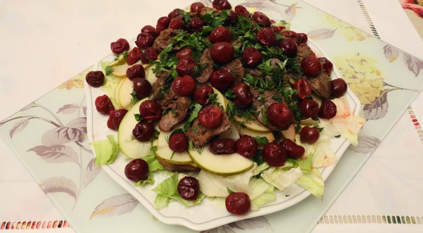 Салат из куриной печени и груши с маринованной вишней, пошаговый рецепт с фото