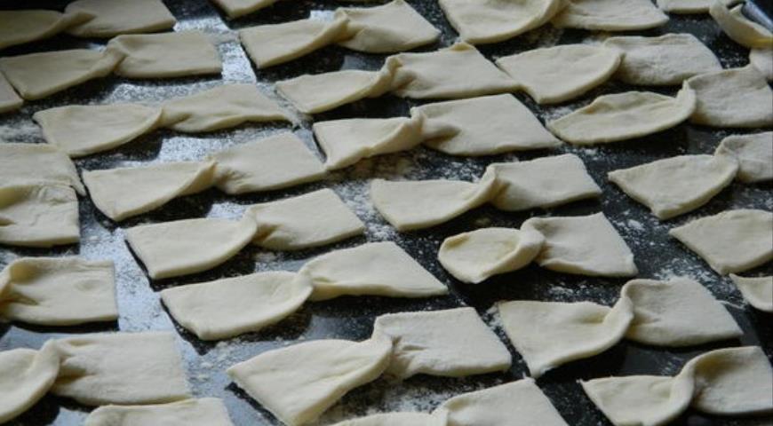 Свернуть тесто в форме бантика и выложить на противень