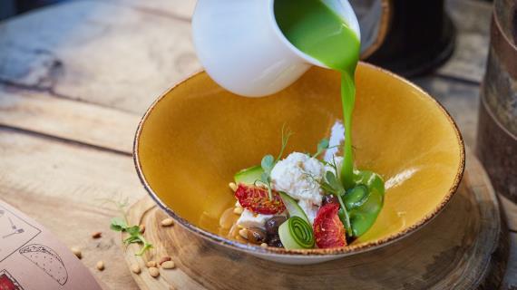 Холодный суп из зеленого горошка с домашним сыром