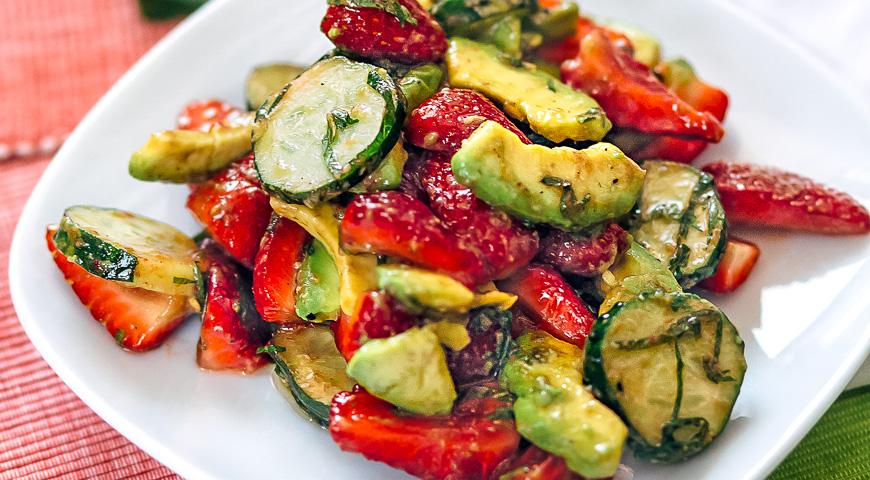 Салат из клубники с авокадо