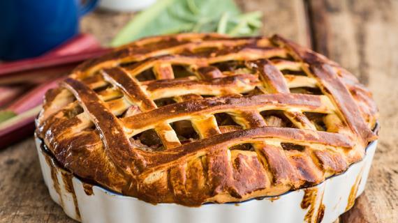 Пирог с ревенем из дрожжевого теста