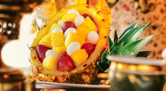 Десерт из ананаса с клубникой и личи