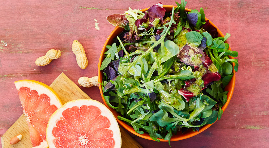 Зеленый салат с пряными травами