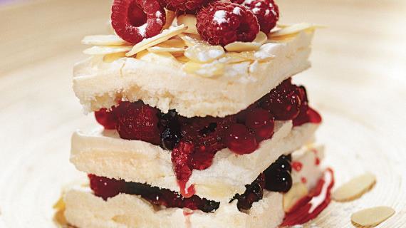 Миндальные пирожные с ягодами