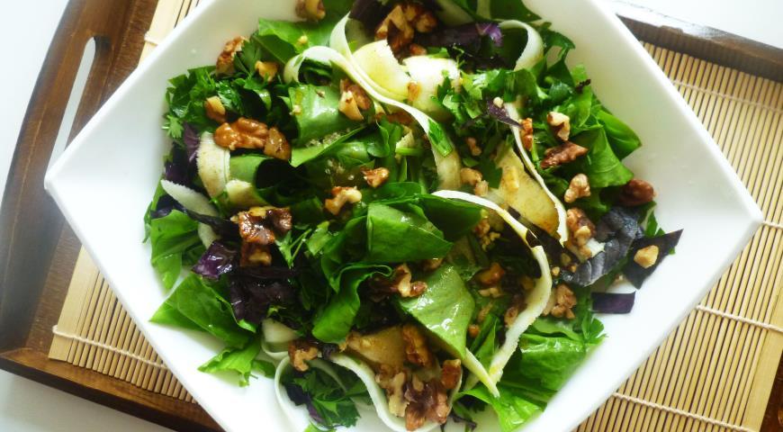 Салат из щавеля с молодым кабачком и орехами