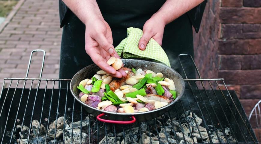 Паэлья на углях с колбасками и тремя видами мяса. Шаг 3
