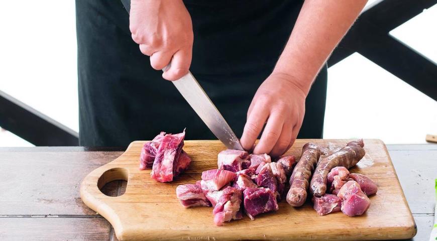 Паэлья на углях с колбасками и тремя видами мяса. Шаг 1