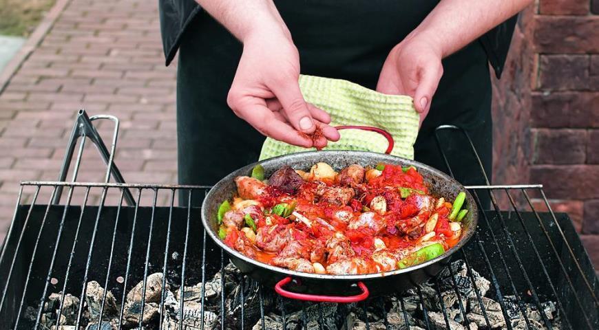 Паэлья на углях с колбасками и тремя видами мяса. Шаг 4