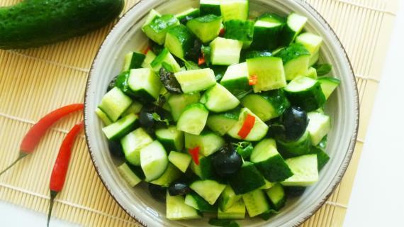 Огуречный салат с маслинами