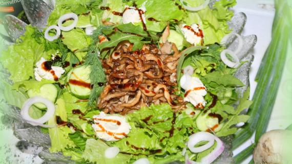 Зеленый салат-ассорти с жареными вешенками и сыром