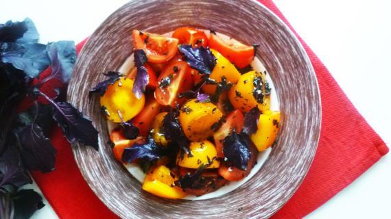 Салат из помидоров с базиликовой заправкой