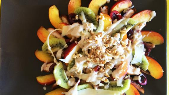 Фруктовый салат с индейкой и соусом из запеченных яблок